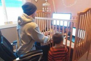 Những màn phá bĩnh siêu hài hước của con trẻ khi phụ huynh làm việc tại nhà
