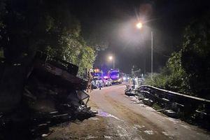 Xe máy va chạm xe tải, 2 nữ sinh tử vong