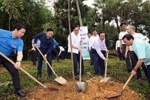 Trồng 1.000 cây xanh tại Khu di tích lịch sử Đền Hùng
