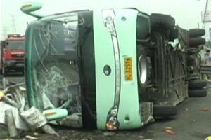 Xe tải đâm xe khách trên cao tốc, 11 người chết