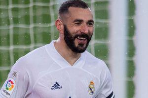 Benzema tỏa sáng giúp Real vượt Barca trên bảng xếp hạng
