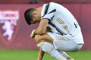 Ronaldo cúi đầu và ngày Juventus thoái vị ngôi vua Serie A