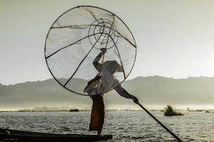 Khám phá cuộc sống yên bình của người dân trên hồ Inle, Myanmar
