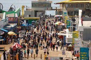 Đám đông không đeo khẩu trang đổ xô tới các điểm du lịch ở Mỹ