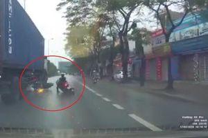 Hai xe máy chui gầm container thoát chết ngoạn mục