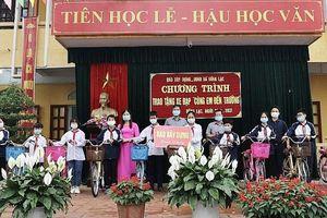 Báo Xây dựng tổ chức trao tặng xe đạp tại xã Đồng Lạc, tỉnh Hải Dương