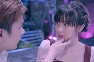 Nhật Phong vượt mặt Binz, Only C với hit mới 'Đừng như người dưng'