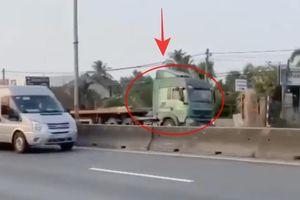 Đồng Nai: Kinh hãi xe đầu kéo chạy ngược chiều băng băng trên quốc lộ 51