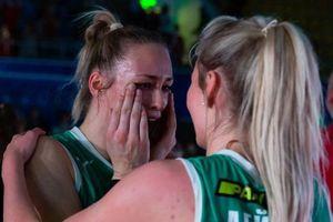 Hoa khôi bóng chuyền bật khóc khi giúp CLB lần đầu vô địch