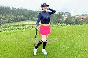 Ca sĩ Tân Nhàn khoe thời trang trẻ trung năng động tại sân golf