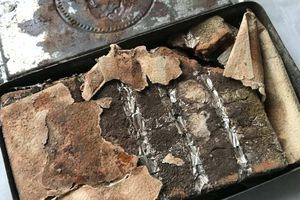 Hộp sô cô la hoàng gia còn nguyên vẹn sau 121 năm