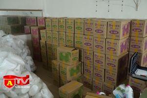 Phát hiện cơ sở sản xuất nước giặt, nước xả vải giả nhãn hiệu D-nee