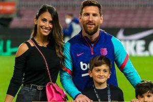 Messi hôn vợ trong ngày ăn mừng kỷ lục