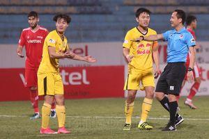 Bóng đá Việt Nam lên chuyên nghiệp ngoại trừ trọng tài là không?