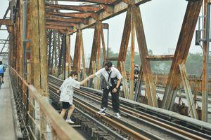 Vượt rào, chụp ảnh trên đường ray cầu Long Biên: Đổi nguy hiểm thật để lấy tấm hình 'sống ảo' liệu có đáng?