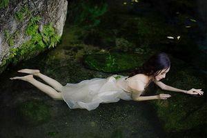 'Xịt máu mũi' với thời trang nóng bỏng của 'nữ thần tắm suối' xứ Trung