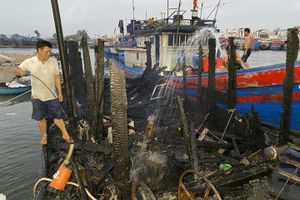 Cháy tàu cá trong đêm, thuyền trưởng may mắn thoát nạn