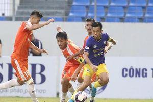 Treo còi trọng tài không phạt thẻ đỏ cầu thủ Hà Nội FC