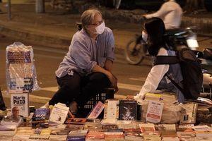 Cụ bà cặm cụi bán sách xuyên đêm ở Sài Gòn
