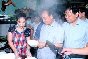 Vị chính khách 'bình dân' đi chợ đầu mối, lội nước thăm đồng bào
