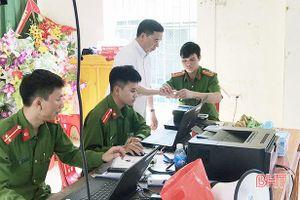 Linh mục vượt gần 100 km về Hà Tĩnh làm căn cước công dân