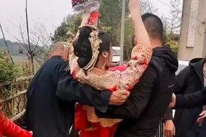 Bố chồng bế con dâu từ xe hoa vào nhà, phản ứng chú rể gây tranh cãi