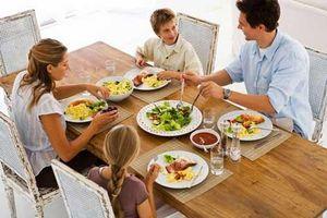Tác hại đáng sợ của việc uống nước trong bữa ăn