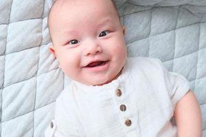 Kim Lý thích thú trước nụ cười của con trai Leon và còn nhận xét giống một người