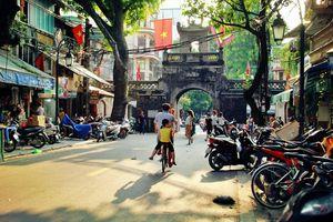 Người đàn ông hàng chục năm lặng lẽ canh giữ cửa ô cuối ở Hà Nội: 'Với tôi nơi đây như mái nhà của mình'
