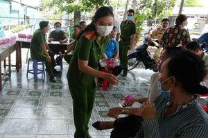 Chai nước mát tặng người dân đến làm CCCD mùa nắng nóng