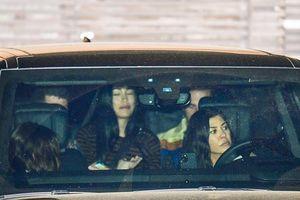 Kourtney Kardashian giản dị đi ăn tối cùng bạn bè