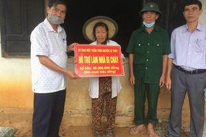 Mặt trận Lệ Thủy hỗ trợ gia đình bị cháy nhà 40 triệu đồng