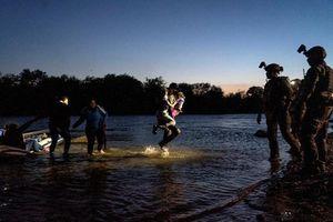 Cảnh di dân mạo hiểm vượt sông vào Mỹ giữa đêm tối