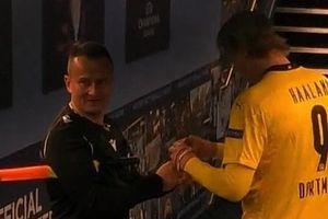 Xin chữ ký Haaland, trọng tài Champions League nhận 'mưa gạch đá'