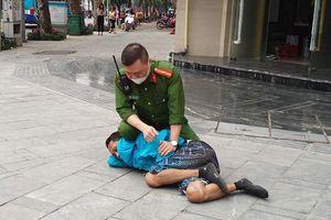Hà Nội: Công an quật ngã đối tượng 'ngáo đá' trên vỉa hè phố Lý Thường Kiệt