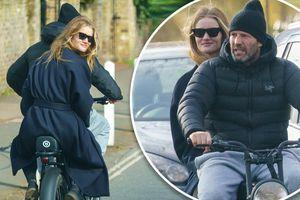 'Người vận chuyển' Jason Statham đèo bạn gái bằng xe đạp điện trên phố gây chú ý