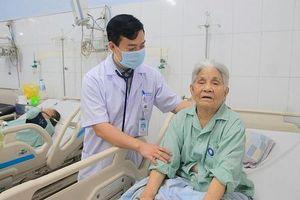 Cứu sống cụ bà 93 tuổi bị sốc tim do nhồi máu cơ tim cấp, tiên lượng tử vong cao