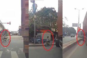 Bon chen, cố tình phóng xe máy vượt container ở ngã tư, người phụ nữ nhận cái kết đau đớn