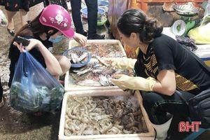 Thị trường thủy hải sản tại Hà Tĩnh đắt khách, giá tăng nhẹ