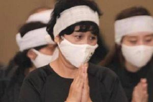 Vừa trải qua nỗi đau mất chồng, NSND Minh Hằng tiếp tục chịu tang bố