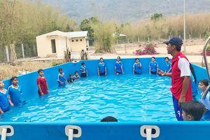 Lớp học bơi cho trẻ em miền núi