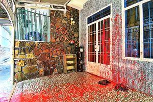 Một gia đình bị tạt sơn, chất bẩn