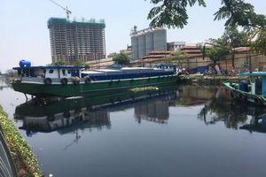 TPHCM: Sà lan tải trọng lớn mắc cạn, kẹt chắn ngang kênh Tàu Hủ