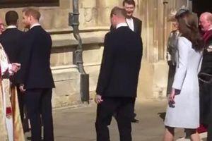 Lộ hình ảnh cho thấy Harry thấp thỏm, xa cách anh trai William khi còn ở hoàng gia khiến nhiều người đau lòng