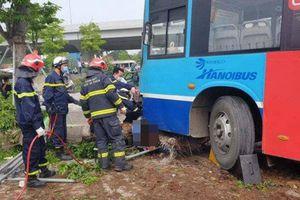 Lực lượng cứu hộ cẩu xe buýt đưa người bị nạn ra khỏi gầm xe