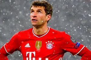 Muller ngỡ ngàng khi bị trọng tài yêu cầu rời sân