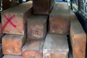 CSGT truy đuổi xe 16 chỗ chở đầy gỗ