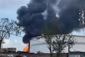 Video lửa cháy dữ dội tại một nhà máy lọc dầu ở Mexico sau tiếng nổ lớn