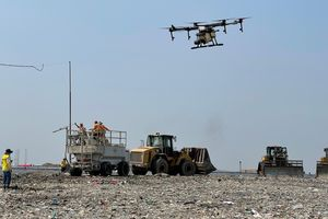Dùng thiết bị không người lái phun khửi mùi bãi rác lớn nhất TPHCM