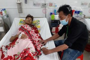 Cha nghèo xin giúp con trai thoát khỏi đau đớn lúc cuối đời